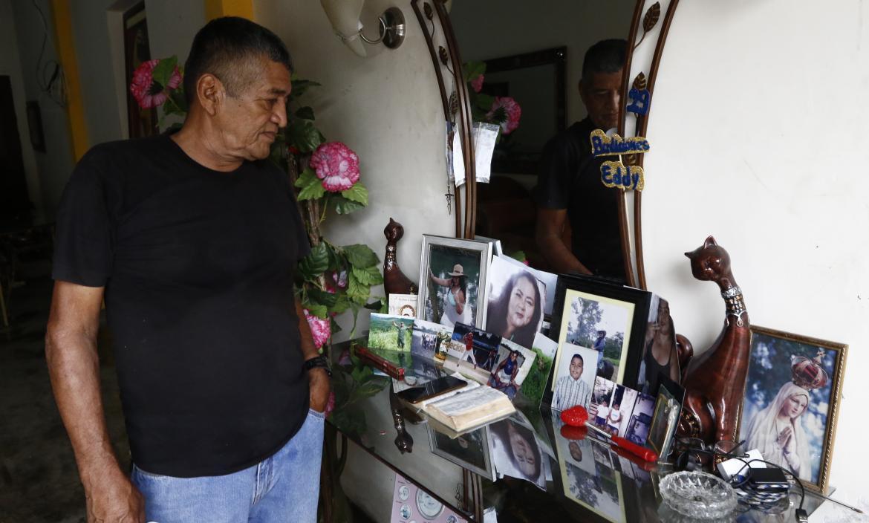 Fraint Junco observa con pesar las fotografías de su hija y sus nietos muertos.