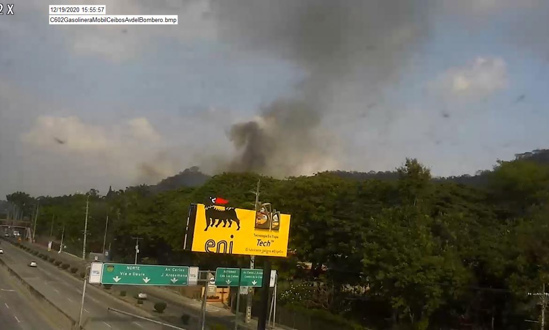 En el cerro de los Ceibos en la tarde de sábado 19 de diciembre los bomberos trabajan en apagar un incendio