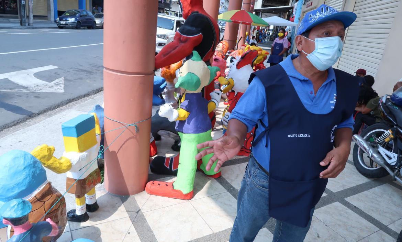 Referencial. En la 6 de Marzo, en Guayaquil, se comercializan los años viejos desde hace varias semanas. ARCHIVO