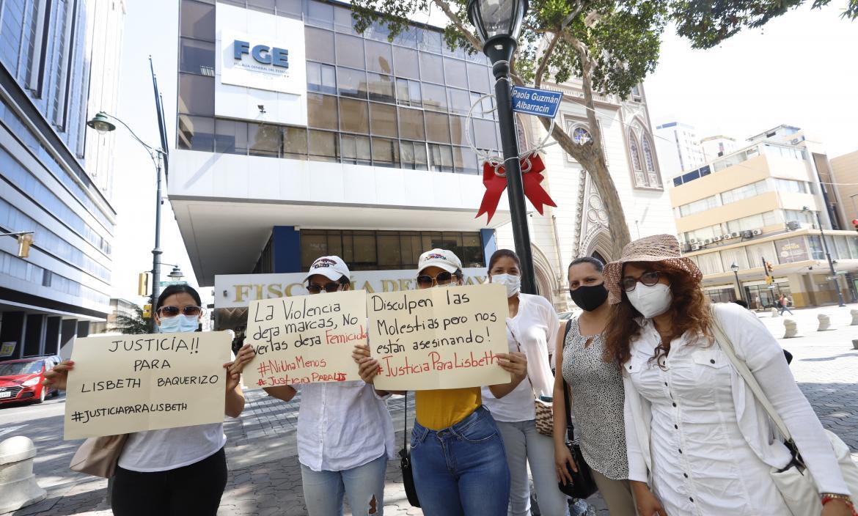 Con carteles en mano, parientes y amigos de Lisbeth Baquerizo pidieron justicia por su muerte.