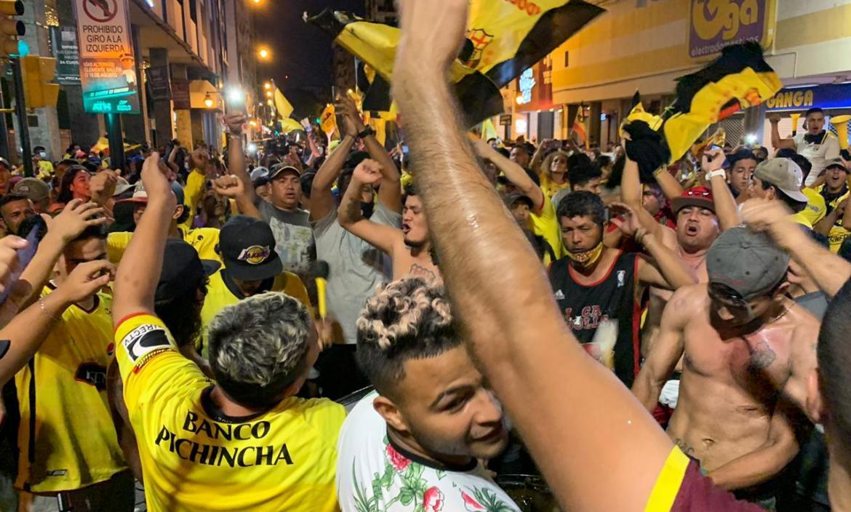 Hinchas celebran a Barcelona en el centro de Guayaquil.