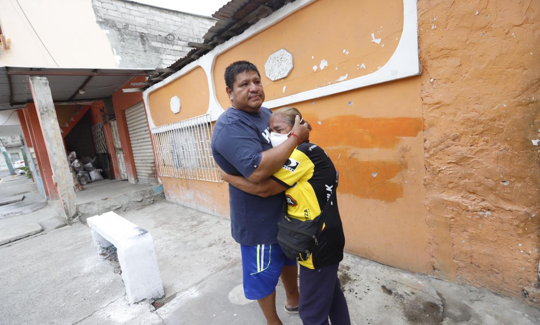 onsternados, así están Leonardo Farías, hermano, y Domitila Morán, tía del fallecido.