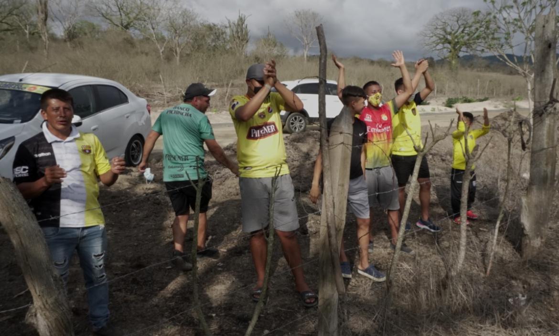 Los hinchas intentaron saltar la cerca de alambre para estar cerca de sus ídolos.