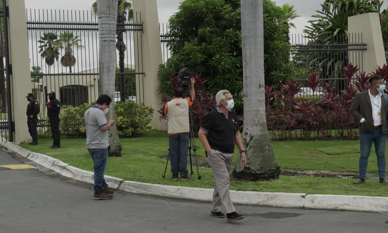 Eduardo Molina viajó desde el Guasmo sur para estar presente en el sepelio de su excompañero de labores.