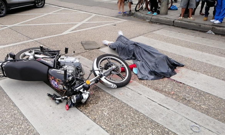 Steven Quimí iba en su motocicleta cuando cayó a la calzada y fue arrollado por un bus.