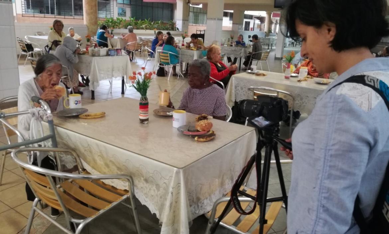 Carla Jines capta el momento en que los adultos mayores almuerzan, a las 11:00. Luego de eso ellos van a descansar.