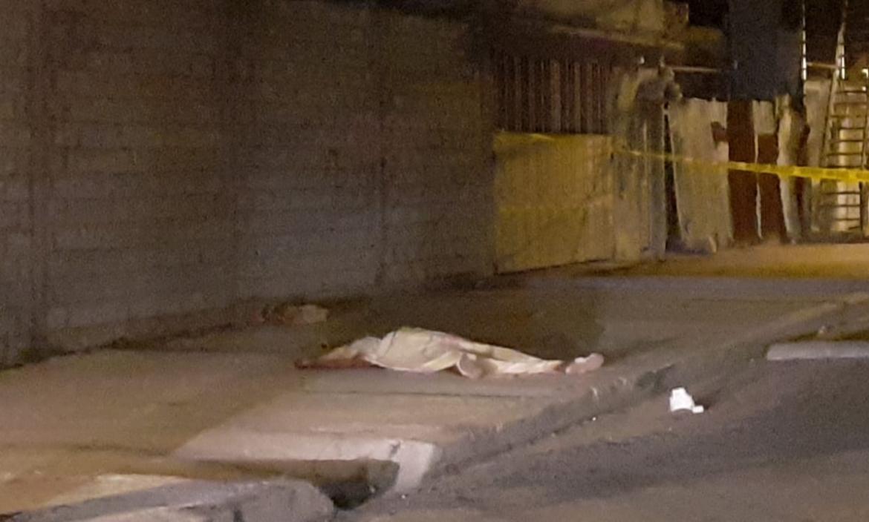 El cuerpo de Jomaira Andrade quedó en la calzada. Fue tapado con una sábana blanca.