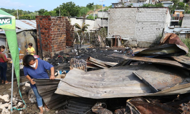 Nancy Álvarez Aguayo busca entre los escombros alguna pertenencia que no haya sido consumida por el fuego. Nancy Álvarez Aguayo busca entre los escombros alguna pertenencia que no haya sido consumida por el fuego.