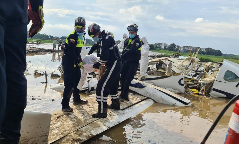 Los cuerpos fueron sacados de la avioneta y llevados al Instituto Forense de Guayaquil.