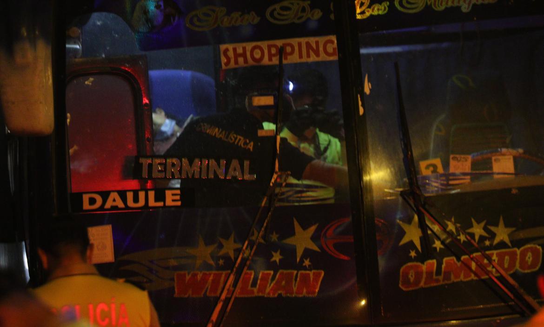 Cámara del bus captó el momento en que el asesino rastrilla el arma y le dispara a la celadora. La víctima quedó sentada en el asiento en que viajaba.