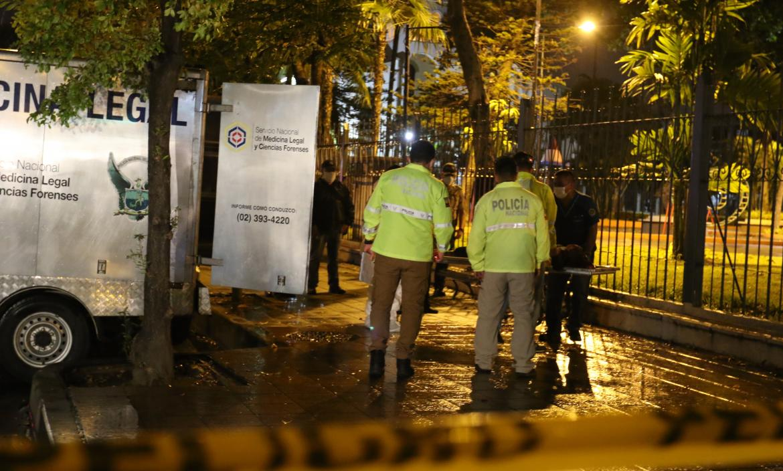 Los cadaveres fueron embarcados en el carro de Medicina Legal y llevados al Laboratorio de Criminalística.
