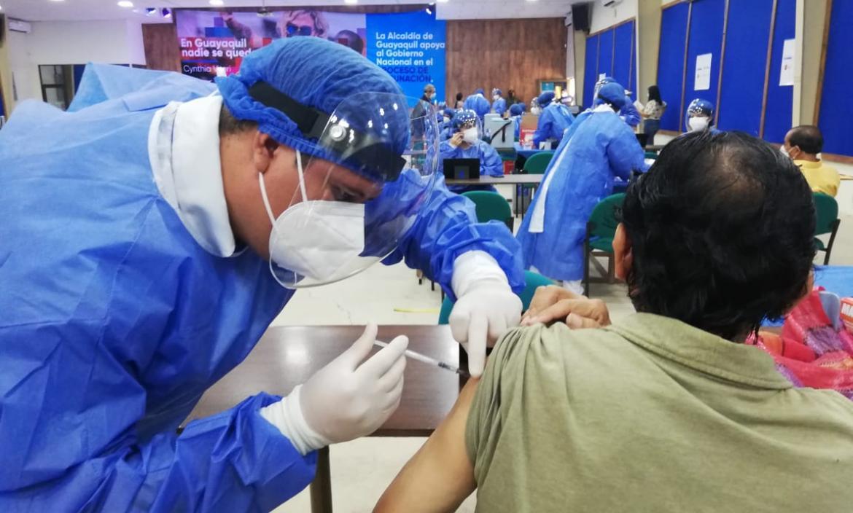 Adultos mayores y personas con discapacidad se están vacunando este 13 de abril en dos de los puntos de vacunación administrados por el Municipio de Guayaquil