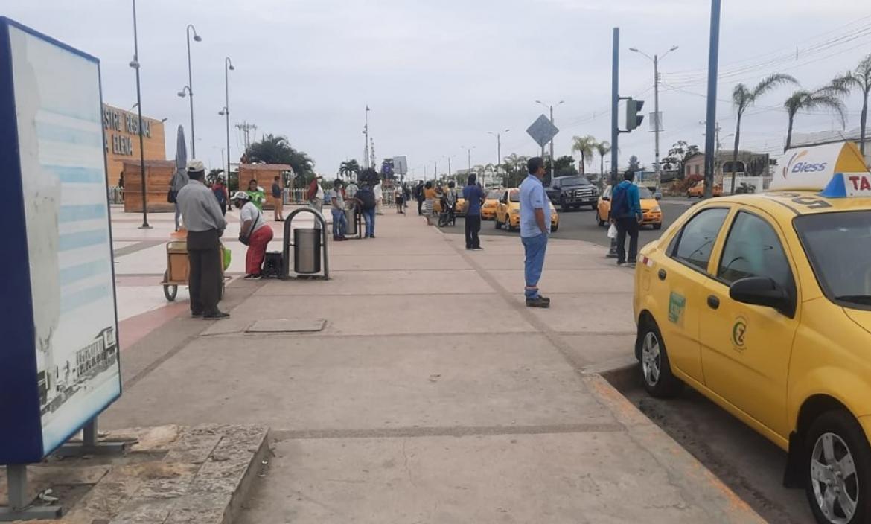 thumbnail_la ciudadania en las afueras del terminal esperando buses