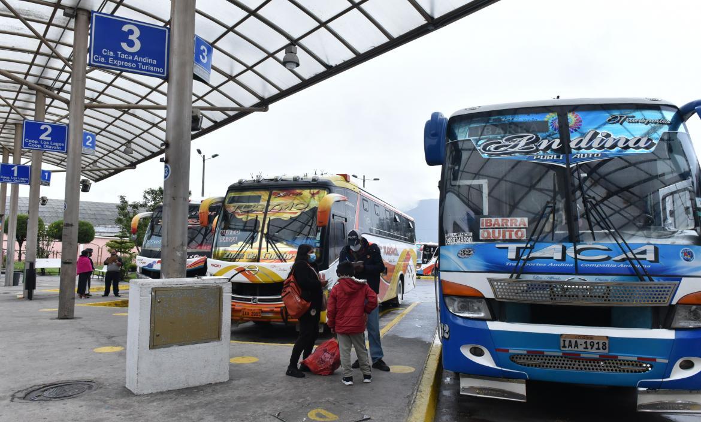 En terminales como el de Carcelén, en el norte de Quito, los usuarios esperan por horas para poder movilizarse a otras provincias.