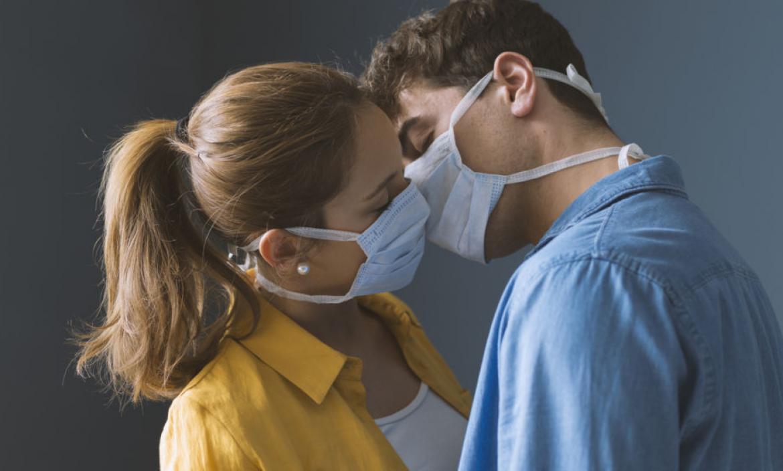 Hay que tener cuidado al dar besos en estos tiempos de pandemia.