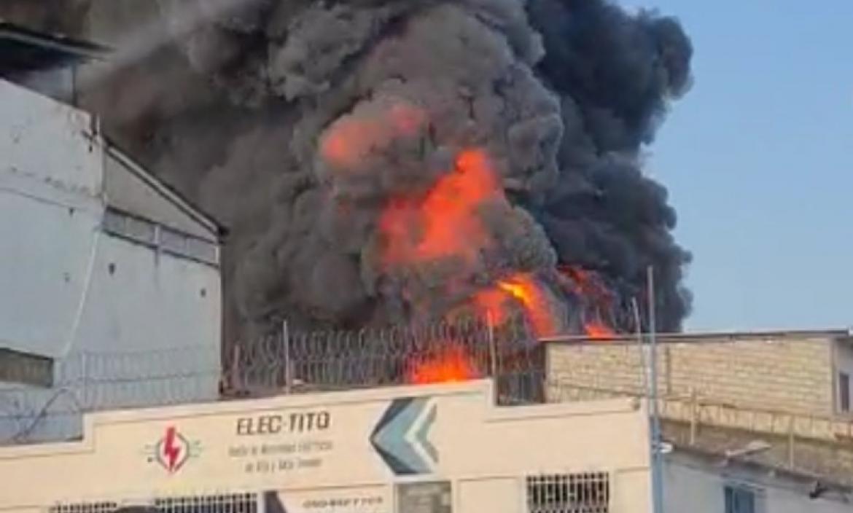 Las llamas y el humos se ven a cuadras de distancia.