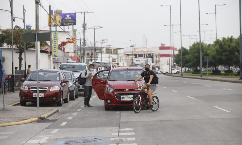 Multas. En el centro de la urbe los conductores son multados por estacionar a doble columna.