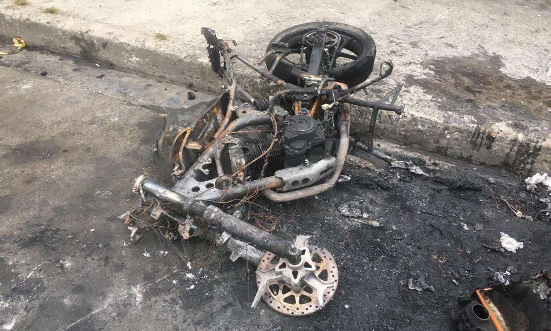 La moto quedó calcinada por las llamas.