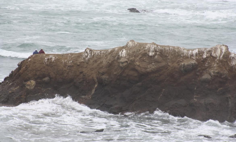 thumbnail_Los dos turistas en  la punta del islote que estaba rodeado de agua