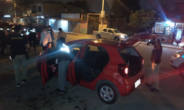 Personal de la Policía inspeccionó el auto donde se movilizaba la víctima.