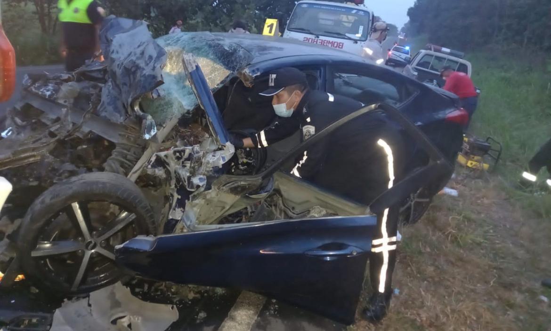 Así quedó el vehículo en el que viajaban los dos uniformados, que se chocaron contra un carro de mayor dimensión.