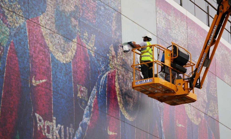 Trabajadores removieron la imagen de Lionel Messi de un mural.