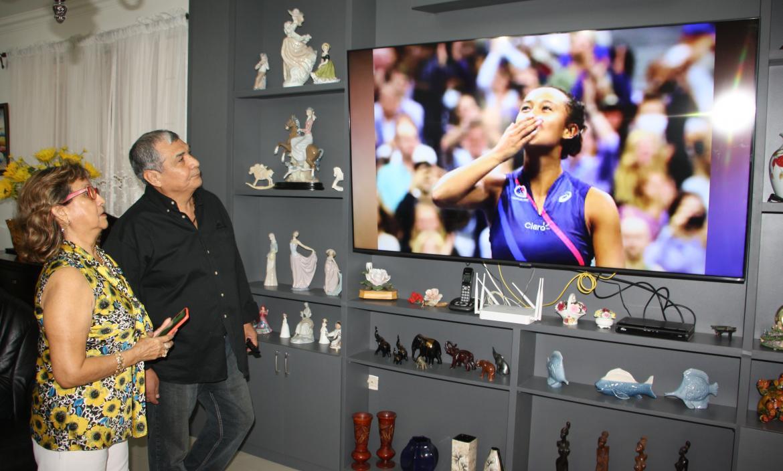 Los abuelos de Leylah Fernández viéndola en el US Open desde Salinas.