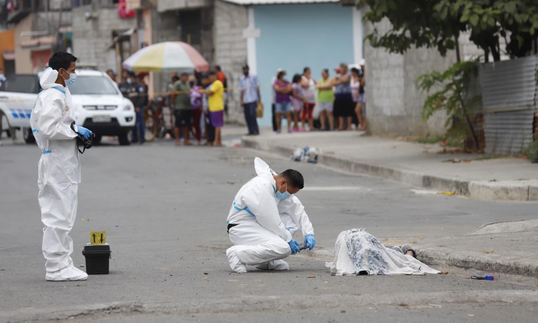 Junto al cadáver de alias Juano, quedó la subametralladora de juguete con la que acostumbraba bromear con sus familiares y 'panas'.