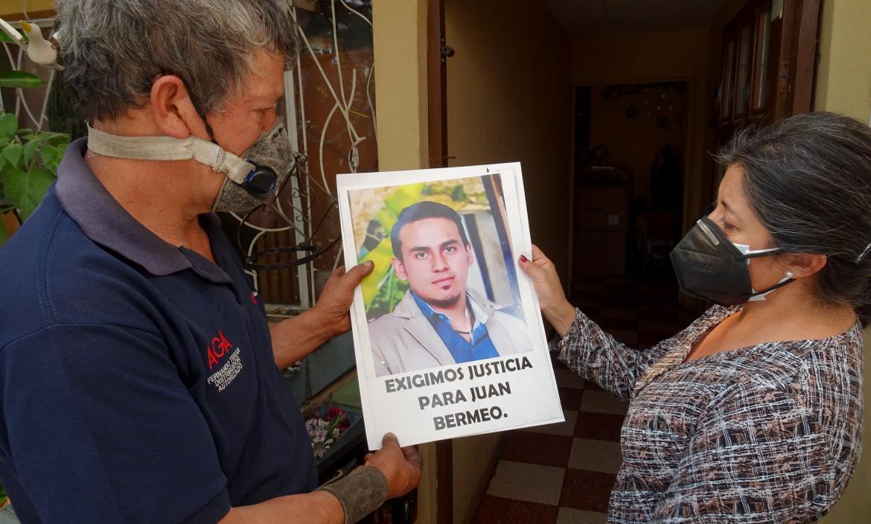 Familiares de Juan Bermeo sostienen una fotografía del occiso.