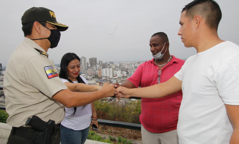 """""""Queremos un Guayaquil sin delincuencia"""", dijeron Viviana, Pedro y Alexis al subcomandante de la Zona de 8, coronel José Salas."""