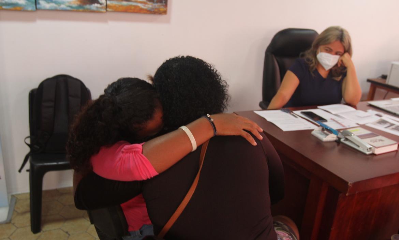 La madre de los niños  afectados llegó a Guayaquil para estar pendiente de la salud de sus hijos. Recibe el consuelo de su exsuegra.