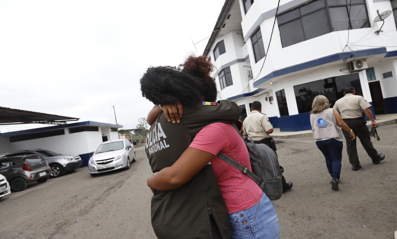 La madre de los niños afectados recibe un abrazo de consuelo por parte de la agente de la Unipen que ayudó en la captura de la madrastra y el padre.