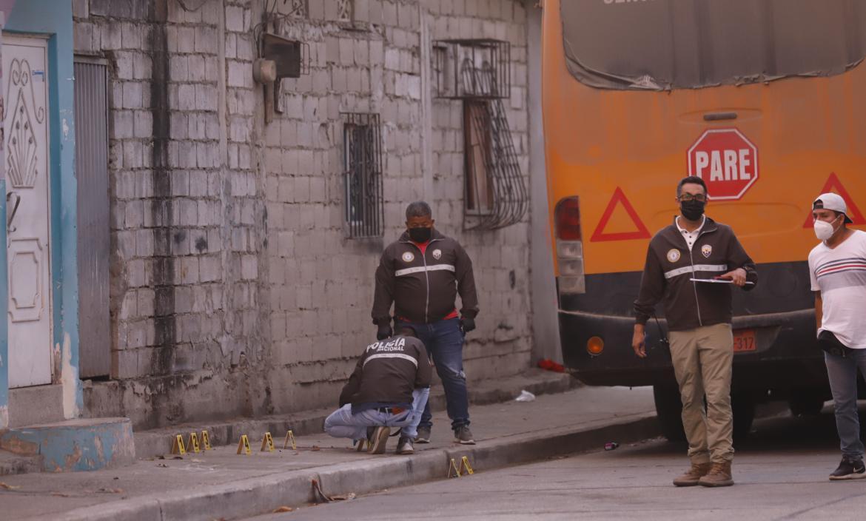 Roberto Romario Peña Sánchez fue asesinado en este callejón del Guasmo Sur. Policía realizó las pericias.