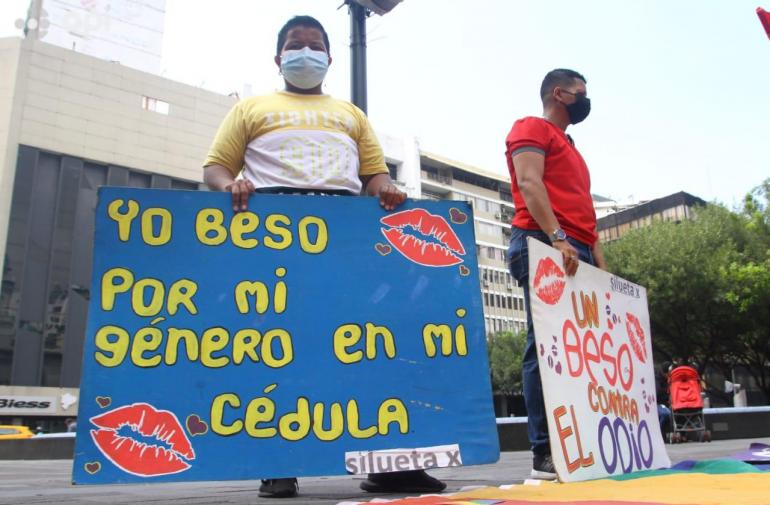 Miembros de la comunidad LGBTI en un plantón en el centro de Guayaquil.API