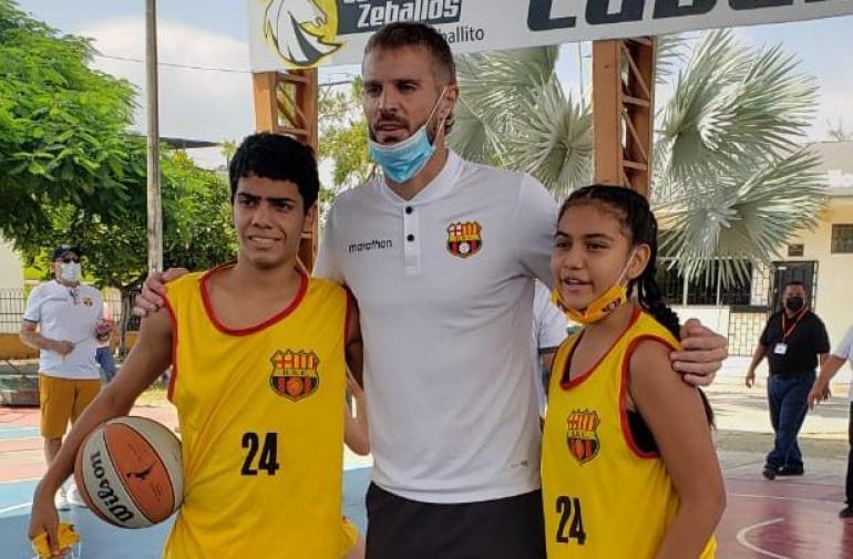 El portero de Barcelona, Javier Burrai, dejó el fútbol a un lado, por un momento, para jugar basquetbol.