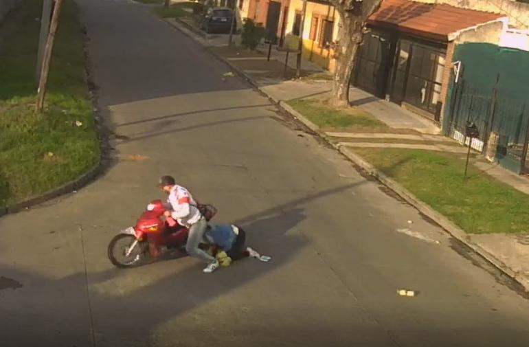 En su desesperación por huir del lugar, el ladrón arrastró a la mujer varios metros con el pelo enredado en una llanta de la moto.