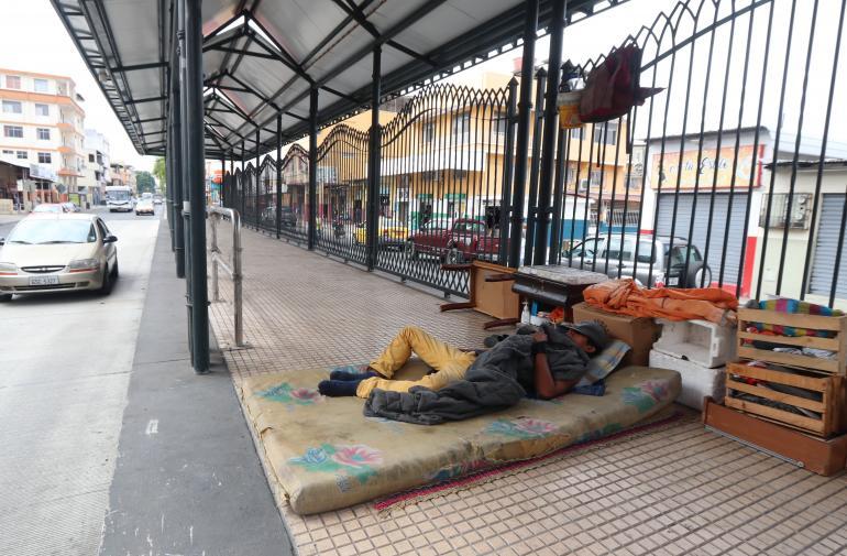 indigentes en la metrovia de Guayaquil