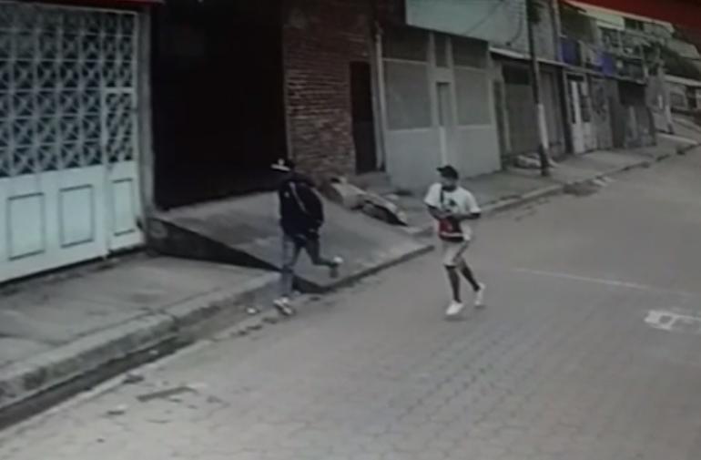asaltantes huyen
