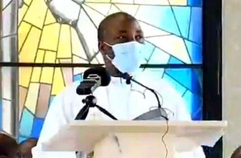 sacerdote-muere-desmaya-misa-viral-foto