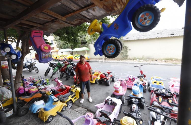 1. Miguel Bolaños tiene a la venta aproximadamente 100 carros, motos y monopatines de niños.