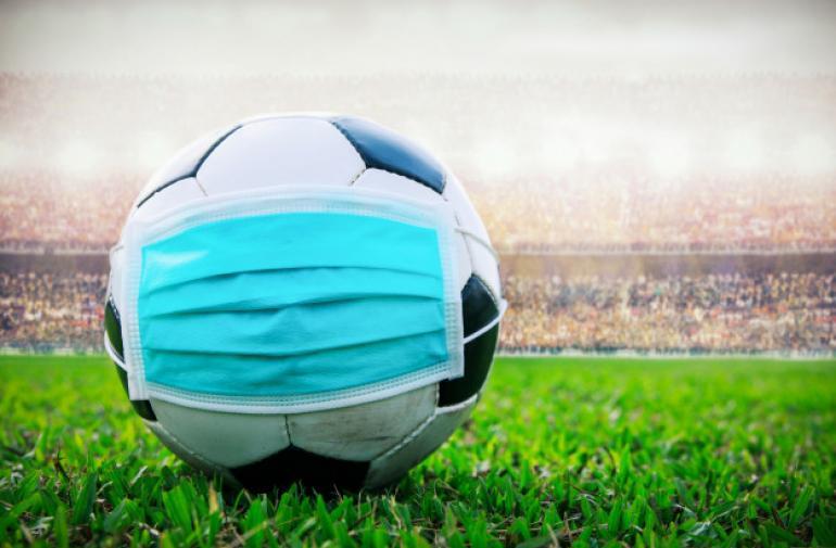 balon-futbol-mascara-medica-estadio-todo-evento-pausa-futbol-pausa-brote-propagacion-covid-19_43569-280