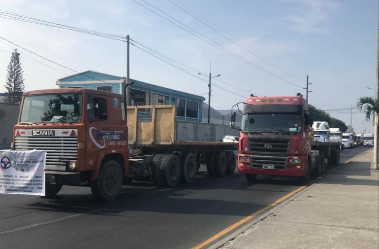 Conductores de camiones protestan por el precio del diésel.