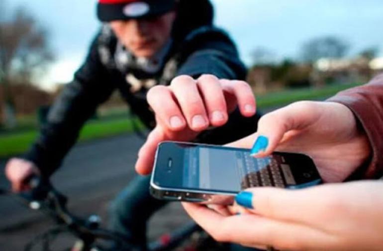 Un hombre no pudo robar el celular a una mujer, quien dudó en denunciarlo.