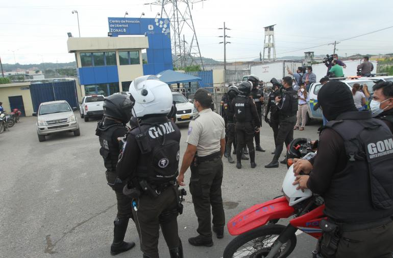 Después de las nueve de la mañana de ayer aumentaron el número de agentes policiales para el control en los centros carcelarios de Guayaquil.