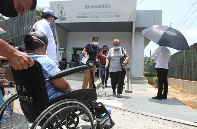 Solo las personas con movilidad reducida, discapacidad y adultos mayores podrían ir acompañados