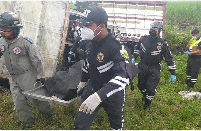 El cuerpo carbonizado de Jonathan Sillo fue retirado del camión y subido al carro de Medicina Legal de la CTE.