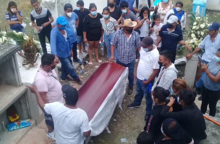 Los restos de Verónica Venegas Magallanes fueron sepultados la tarde del martes en el cementerio del cantón Pedro Carbo.