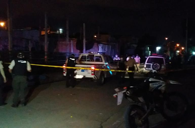 En el cantón Durán un hombre fue baleado en el interior de su vehículo.