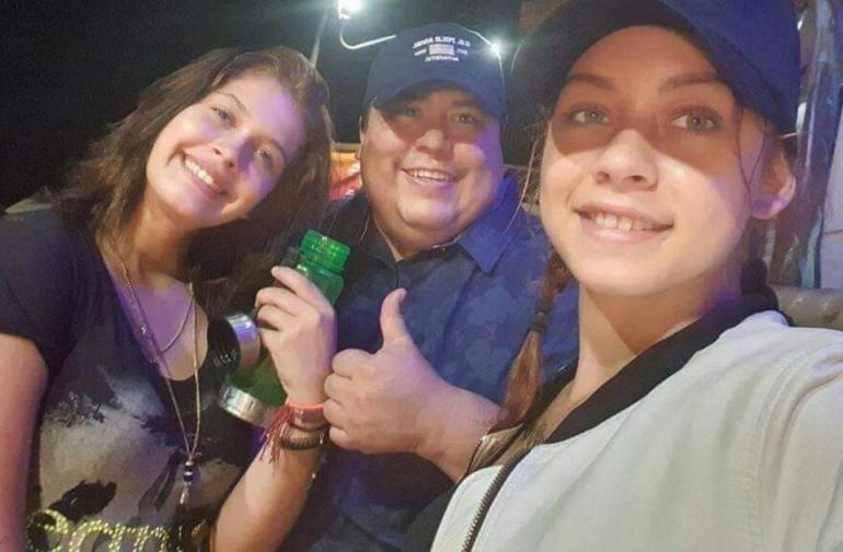 Jorge Luis Flores Lema junto a dos de las extranjeras implicadas en su asesinato.