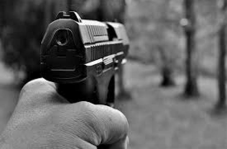 La víctima recibió un tiro en la espalda. Sus familiares dijeron a la Policía que estaba amenazado.